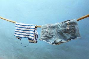 roupas molhadas penduradas foto