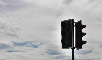 semáforo no céu azul e nuvem branca foto