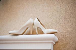 sapatos de casamento noiva na frente da casa