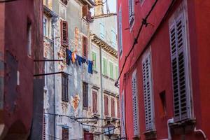 rua estreita de pedra de rovinj, croácia foto