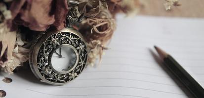 relógio de bolso vintage com roose seco foto