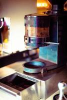 close-up de prepara café expresso em seu café foto