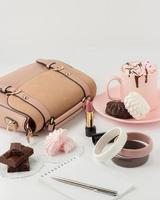 chocolate quente com marshmallows e acessórios de moda feminina foto