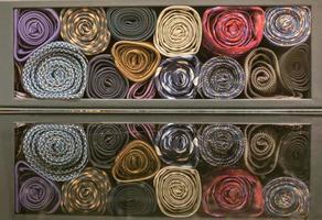 gravata de seda colorida armazenada na caixa