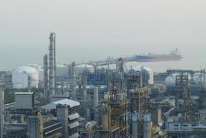 refinaria de petróleo no crepúsculo na Tailândia foto