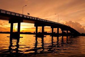 silhueta da ponte sobre o rio na Tailândia. foto