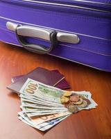 dólares, euros e passaportes foto