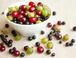 tigela com diferentes frutas frescas brilhante, ainda vida de verão foto