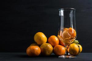 tangerinas na mesa de madeira preta foto