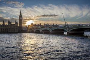 pôr do sol em big ben, westminster, londres foto