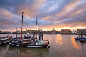 barcos no rio Tamisa em Londres.