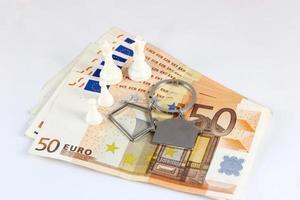 notas de cinquenta euros com chaveiro e peões foto
