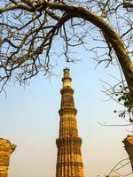qutub torre minar mais alto minarete de tijolos foto