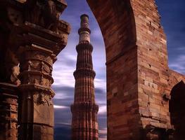 qutub minar em nova deli india foto