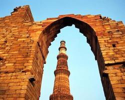 Mesquita Qutub Minar, Deli, Índia. foto