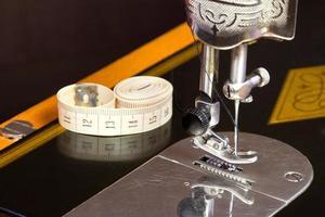 velha máquina de costura preta foto