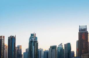 skyline de edifícios arranha-céus de vidro highrise em azul aga dominante