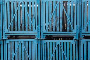 as velhas caixas de madeira industriais (engradado) na fábrica de peixes. foto