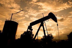 pumpjack velho bombeando petróleo bruto foto