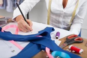 alfaiate bem sucedida está projetando novas roupas
