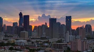 belo pôr do sol na cidade de bangkok com silhueta