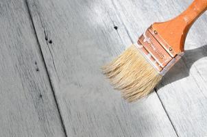 pincel pintura na superfície de madeira foto