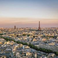 pôr do sol sobre paris com torre eiffel foto
