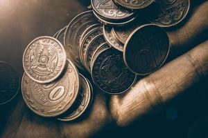 moedas tenge na mão foto