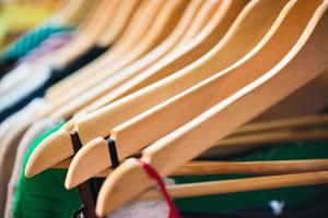 variedade de roupas penduradas na prateleira na boutique