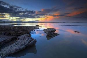 águas rochosas de afloramento foto