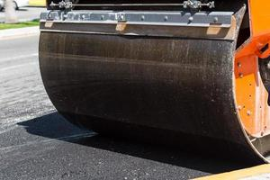 detalhe do rolo compressor durante a construção de estradas foto