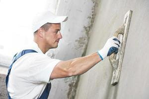 estucador na renovação da parede interior