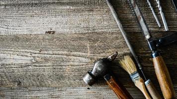 ferramentas de construção na mesa foto