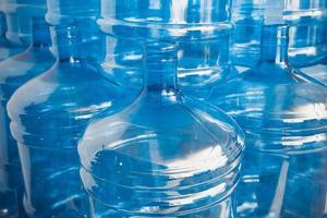 grandes garrafas de água vazias no armazém foto