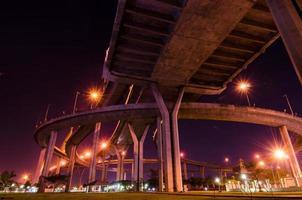 crepúsculo na ponte de bhumibol em samut prakan, Tailândia foto
