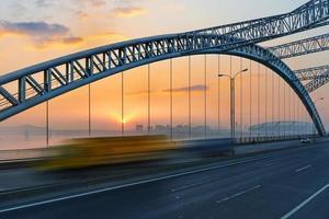 ponte com fundo de céu azul de uma cidade foto