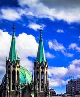 torres da igreja da catedral sé em são paulo, brasil / regional2014 foto