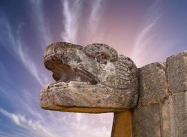 escultura maia de cobra na cidade de chichen itza foto