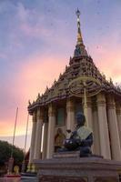 estátua de Buda e pegada no templo tailandês foto
