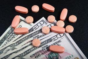 a compra de medicamentos pelo dinheiro foto