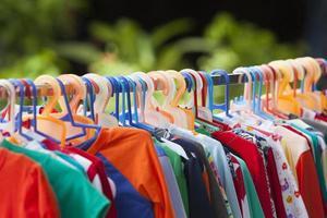 roupas penduradas em uma prateleira foto