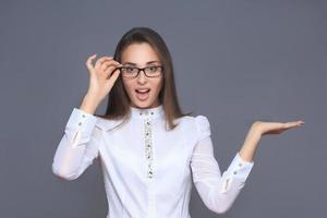 mulher apontando o dedo no botão imaginário foto