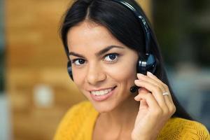 empresária com fones de ouvido foto