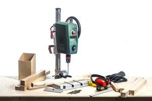 máquina de perfuração e ferramentas de mesa. foto
