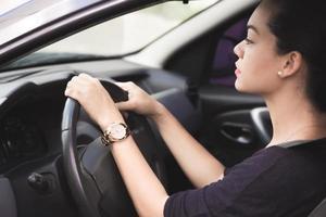 mulher dirigindo com cuidado foto