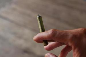 cigarro na mão foto