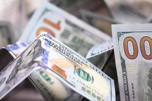fundo de dinheiro de dólares na pilha de dinheiro foto