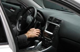 executivo em um carro