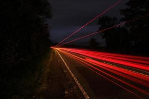 veículo de longa exposição luzes estrada secundária foto