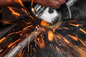 trabalhador cortando metal foto